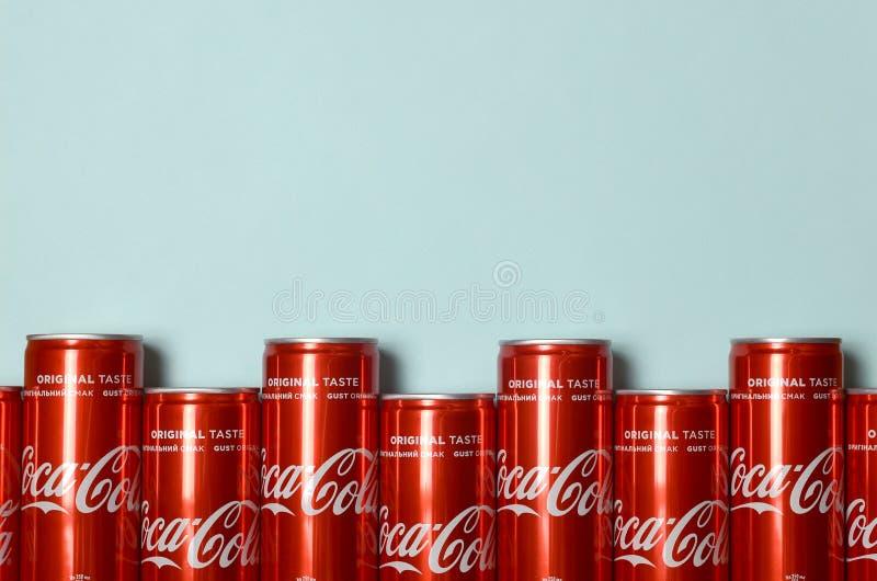 Mieszkanie nieatutowy strzał carbonated czerwonego napój blaszanych puszek koka-kola kłaść na pastelowym błękitnym tle obrazy royalty free