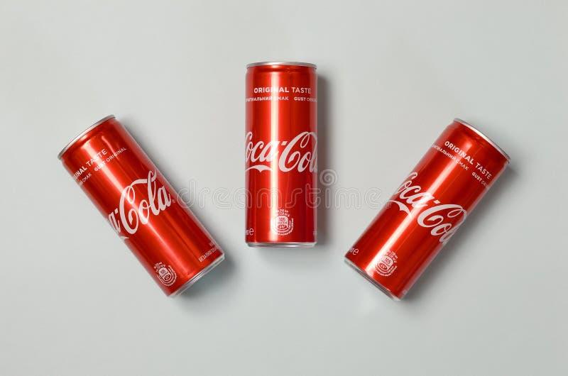 Mieszkanie nieatutowy strzał carbonated miękkiego napoju blaszanych puszek koka-kola kłaść na błękitnym tle obrazy royalty free