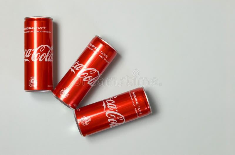 Mieszkanie nieatutowy strzał carbonated miękkiego napoju blaszanych puszek koka-kola kłaść na błękitnym tle obraz royalty free