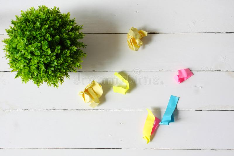 Mieszkanie nieatutowy sztuczna zielona roślina i miie kolorowych papiery zdjęcie stock