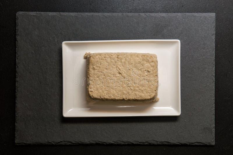 Mieszkanie nieatutowy z bliska Japoński jedzenie Kawałek tofu, bogactwo soj ser na białym prostokątnym talerzu, Czarny tło fotografia stock