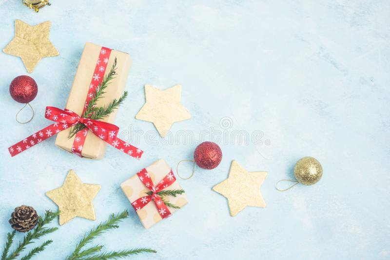 Mieszkanie odgórnego widoku bożych narodzeń nieatutowi prezenty i złoto gwiazdy z zabawkami na błękicie obrazy stock