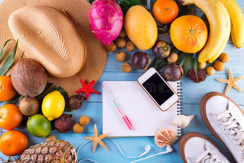 Mieszkanie podróżnika nieatutowi akcesoria i tropikalne owoc na drewnianym tle z pustą przestrzenią dla teksta Odgórnego widoku p obrazy royalty free