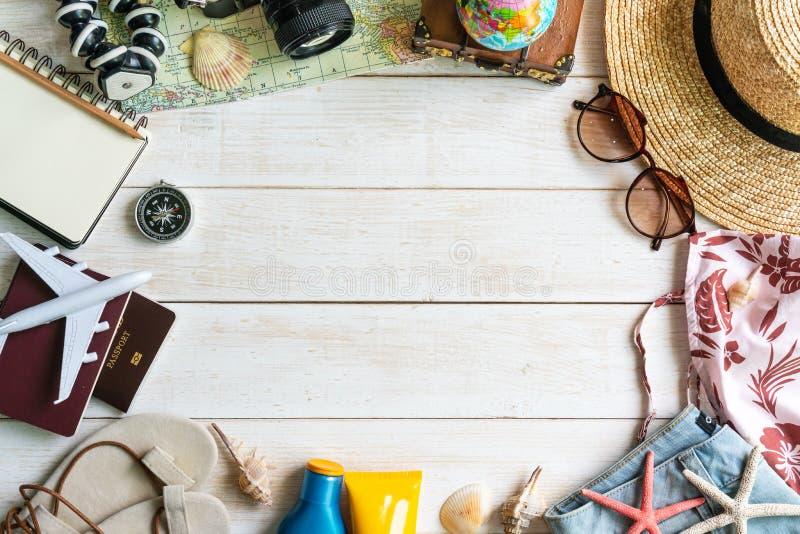 Mieszkanie podróżnika nieatutowi akcesoria na białym drewnianym tle z kopii przestrzenią dla teksta pla?owy pi?kny poj?cia dziewc obrazy royalty free