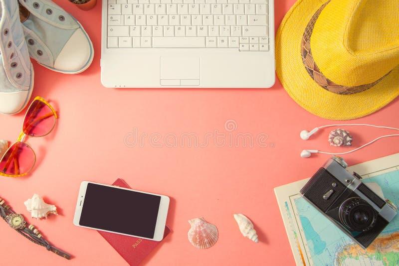 Mieszkanie podróżnika nieatutowi akcesoria na różowym tle z pustą przestrzenią dla teksta Odgórnego widoku podróż lub wakacje poj zdjęcia stock