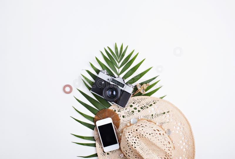 Mieszkanie podróży nieatutowy kobiecy pojęcie z palmowym liściem obrazy royalty free