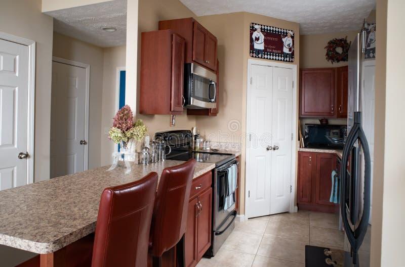Mieszkanie własnościowe galery kuchnia z Czereśniowymi gabinetami obrazy royalty free