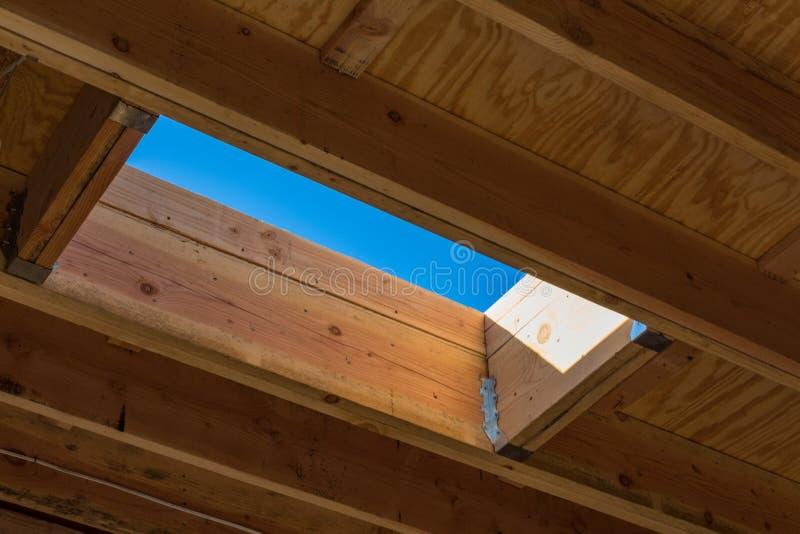 Mieszkaniowa dachowa budowa widzieć od wnętrza z skylight niebieskim niebem i szczegółem obraz stock