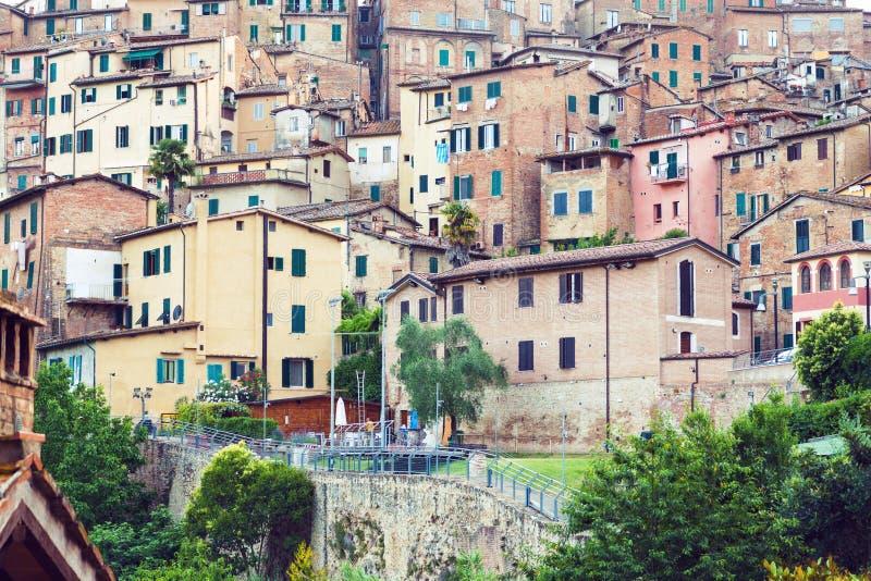 Mieszkaniowi domy w średniowiecznym mieście Siena zdjęcia royalty free