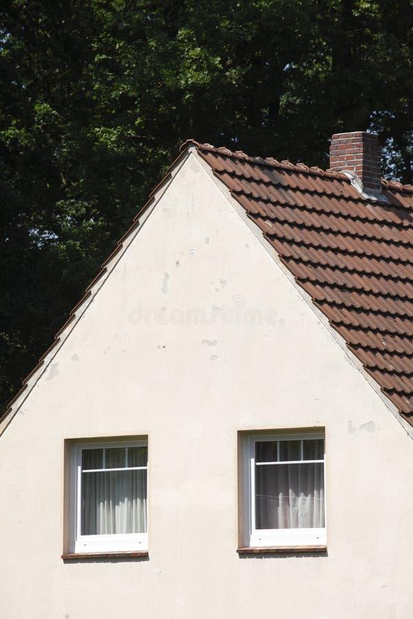 Mieszkaniowy dom z dachem obrazy stock