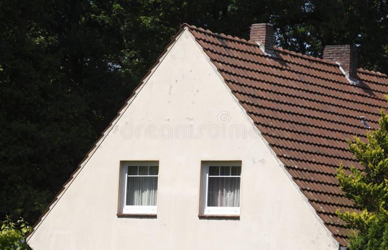 Mieszkaniowy dom z dachem zdjęcia royalty free