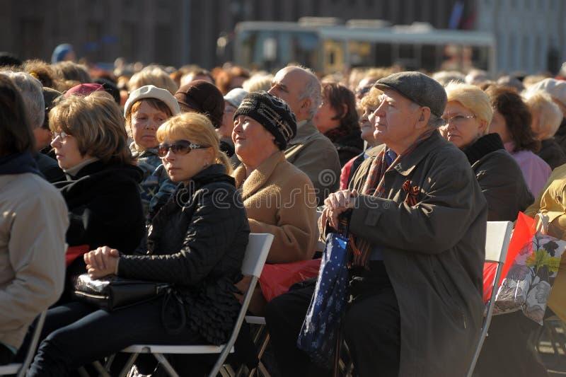 Mieszkanowie i weterani siedz? s?uchanie koncert na cze?? zwyci?stwo dzie?, ?wi?teczni wydarzenia w centrum miasta zdjęcia royalty free