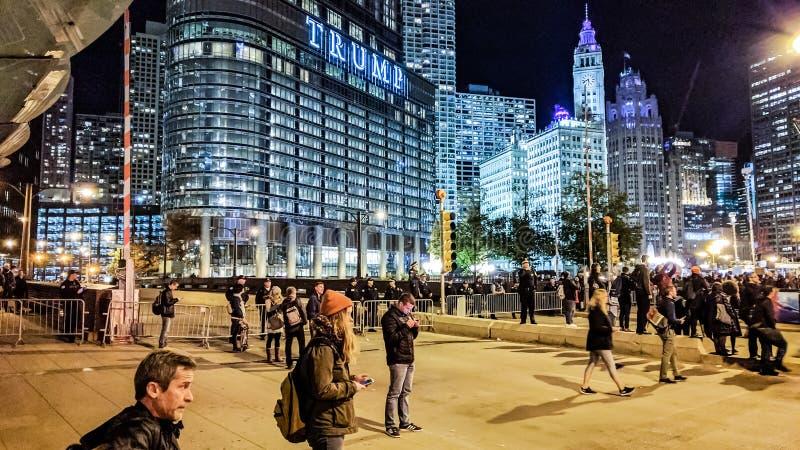 Mieszkanowie w Chicagowski gromadzenia się blisko atutu wierza protestować wyniki wyborów w 2016 fotografia stock