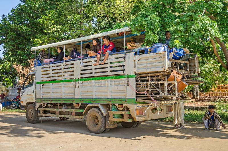 Mieszkanowie wioski Chong Koh i ich ciężarówka jako magistrala ja fotografia stock