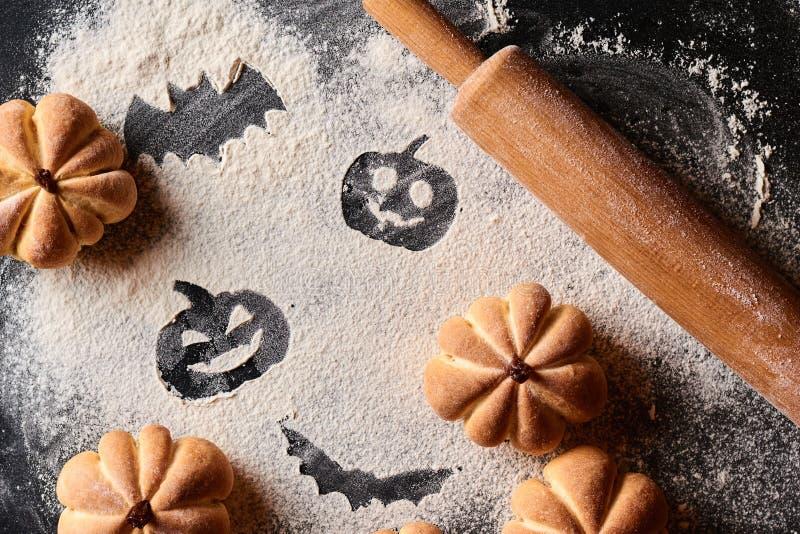 ?mieszny jedzenie dla Halloween Domowej roboty cukierki zasycha w kształcie bania na ciemnym tle fotografia royalty free