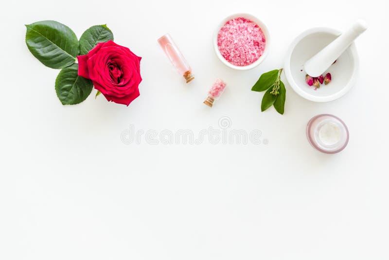 ?mietanka, k?pielowa s?l, p?ukanka dla organicznie kosmetyk?w z r??a kwiatem na bia?ej t?o odg?rnego widoku przestrzeni dla tekst zdjęcie stock