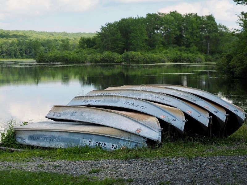 Mietboote auf Ufer von Mountainsee lizenzfreies stockfoto