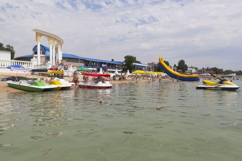 Miete von Katamarann und hydrocycles auf der Stadtmitte setzen i auf den Strand lizenzfreie stockbilder