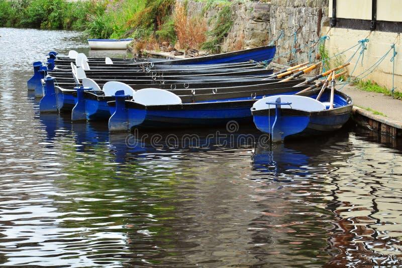 Mieteboote auf Flussoberfläche mit Reflexionen