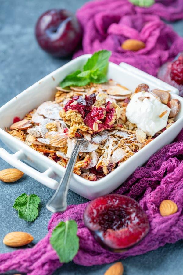 Miette délicieuse de prune avec du yaourt pour le petit déjeuner images stock