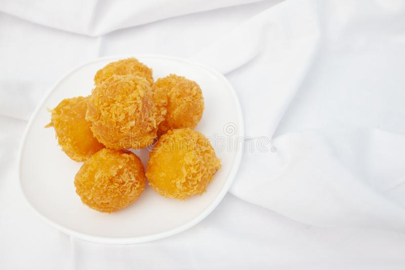 Miette de pain couverte par boules de Fried Cheese images stock