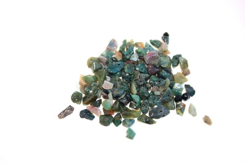 Miette en pierre verte pour la couture sur un fond blanc pour faire des bijoux avec leurs propres mains passe-temps intéressant image libre de droits