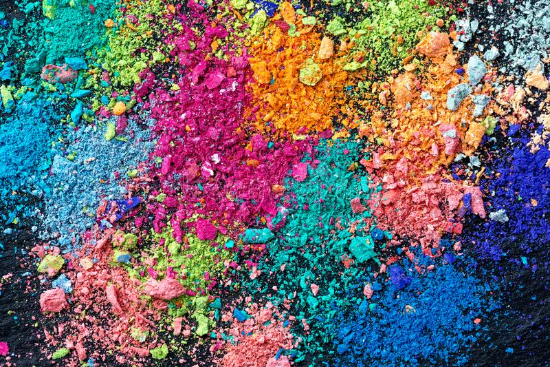Miettes de craie multicolore sur un fond noir Joie, carnaval Panorama Un jeu pour des enfants Art illustration stock