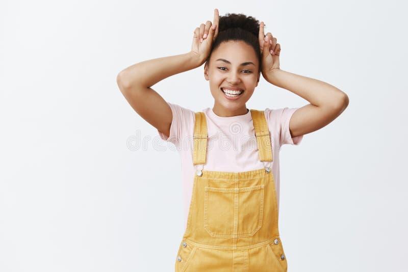 Mieux prendre garde de moi Portrait de collègue féminin joyeux d'Afro-américain sûr et bel en jaune élégant image stock