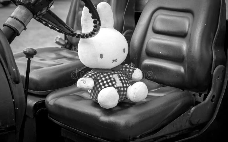 Miffypop op een carseat in zwart-wit stock fotografie