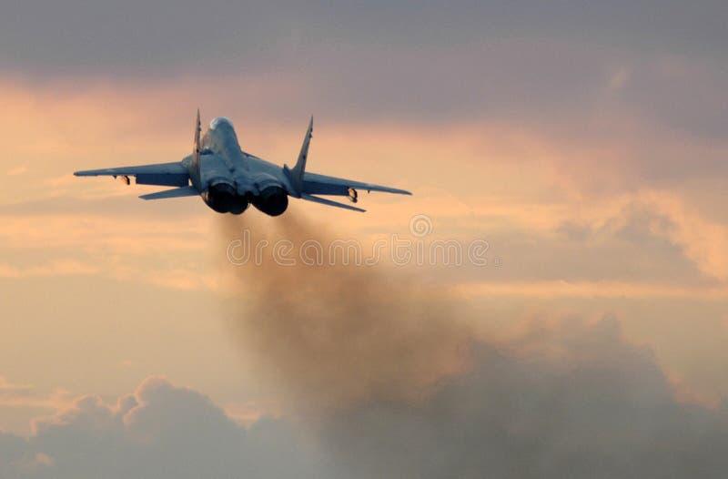 MiG-29 dans le coucher du soleil photographie stock libre de droits