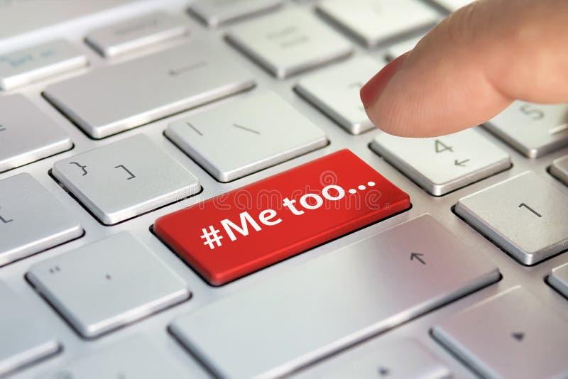 Mig för, hashtag för att dessutom det ska dela deras erfarenheter om sextrakasseri eller som ska våldtas Fingret trycker på färge arkivbilder