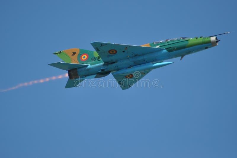 MIG 21 lansjera samolot szturmowy wykonuje demonstracja lot na Rumuńskim Lotniczym Fest zdjęcie stock
