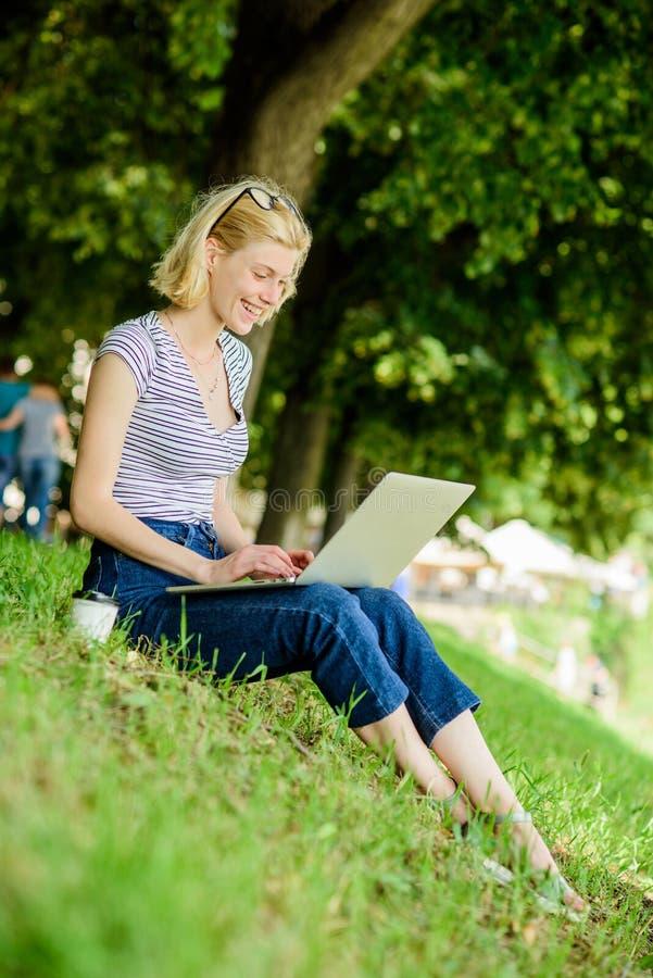 mig min jobbf?r?lskelse flickabloggeren skriver stolpen för socialt nätverk modern kvinna med utomhus- blogging för anteckningsbo royaltyfria bilder