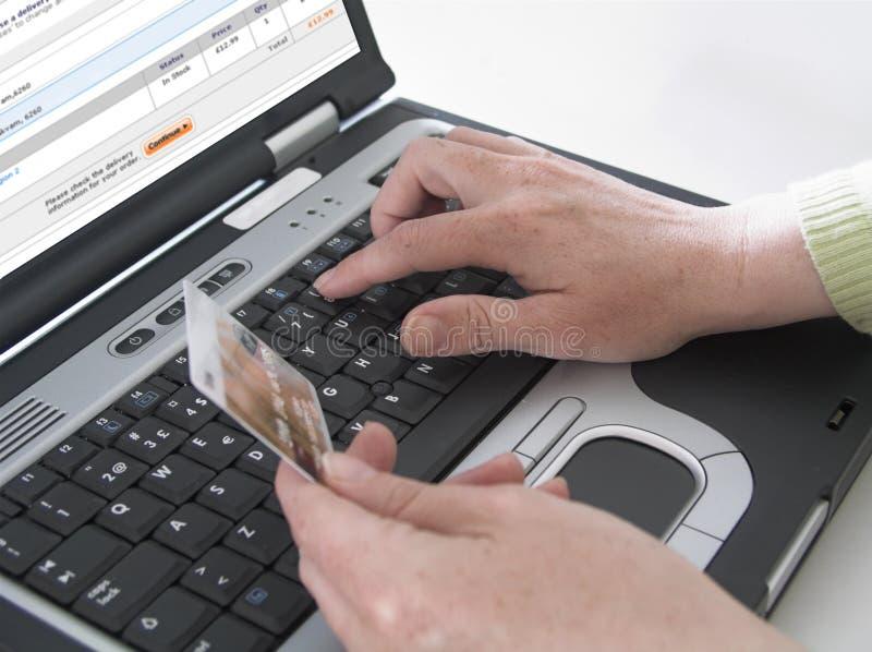 mig som shoppar online arkivfoton