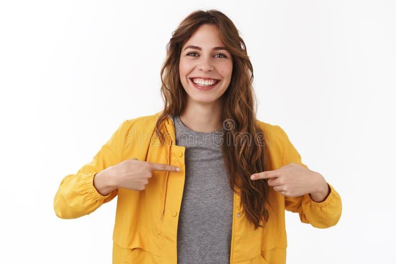 Mig vad du söker efter Attraktiv angenäm le lycklig ung caucasian lockig-haired flicka som pekar sig för att önska till fotografering för bildbyråer