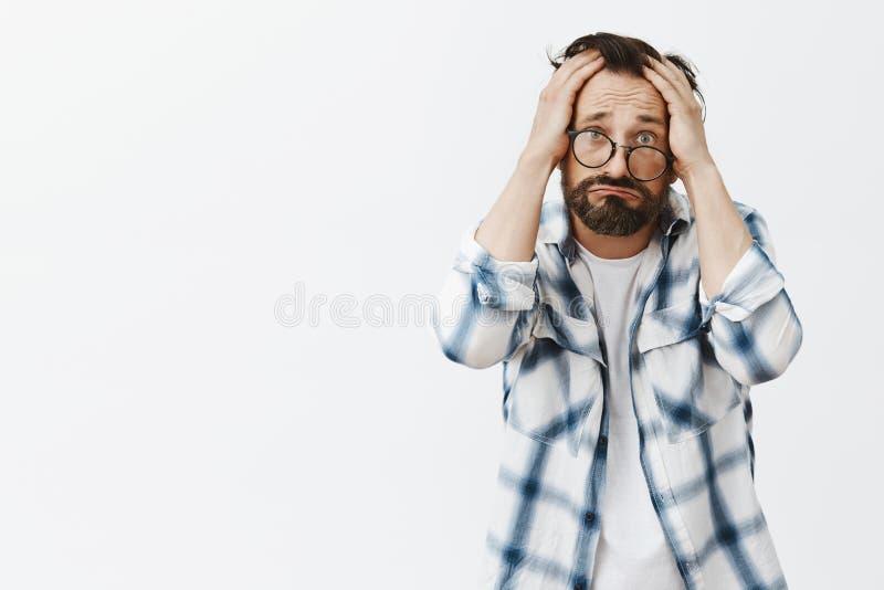 mig varför Stående av den upprivna och dystra fattiga vuxna mannen med skägget och skrynklor och att börs kanter i det ledsna lee royaltyfri fotografi