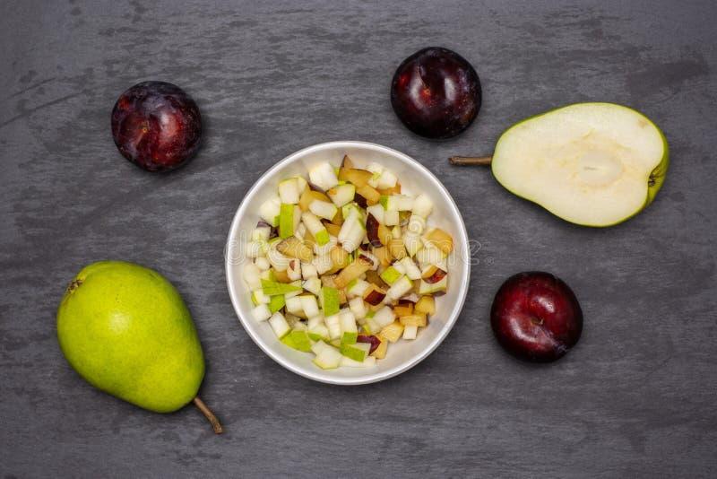 Migaja gradual de la receta con las frutas en piedra gris fotografía de archivo