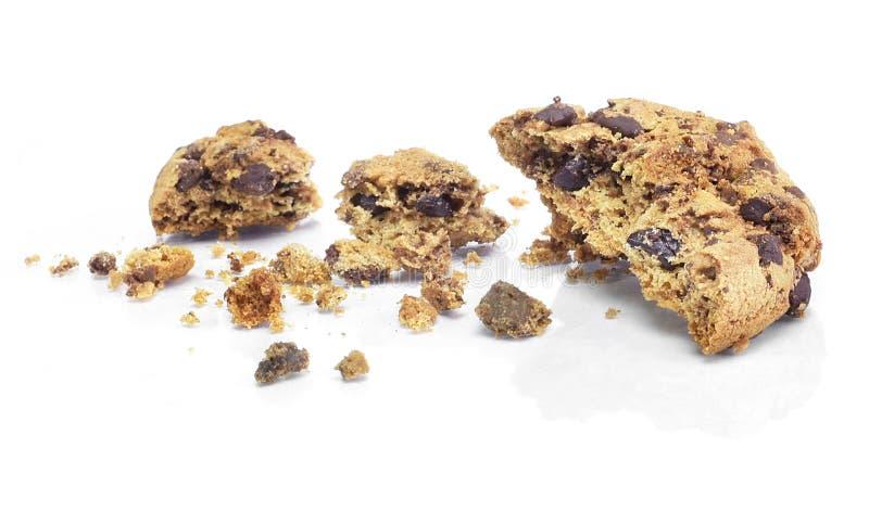 Migajas de la galleta del chocolate, aisladas en blanco foto de archivo