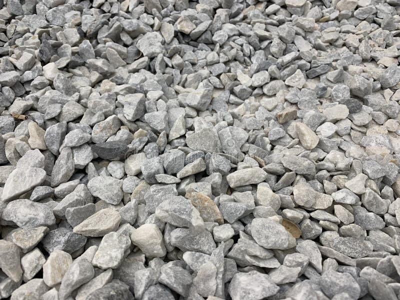 Migalha pequena cinzenta do granito, material de construção, fundo simples imagem de stock royalty free