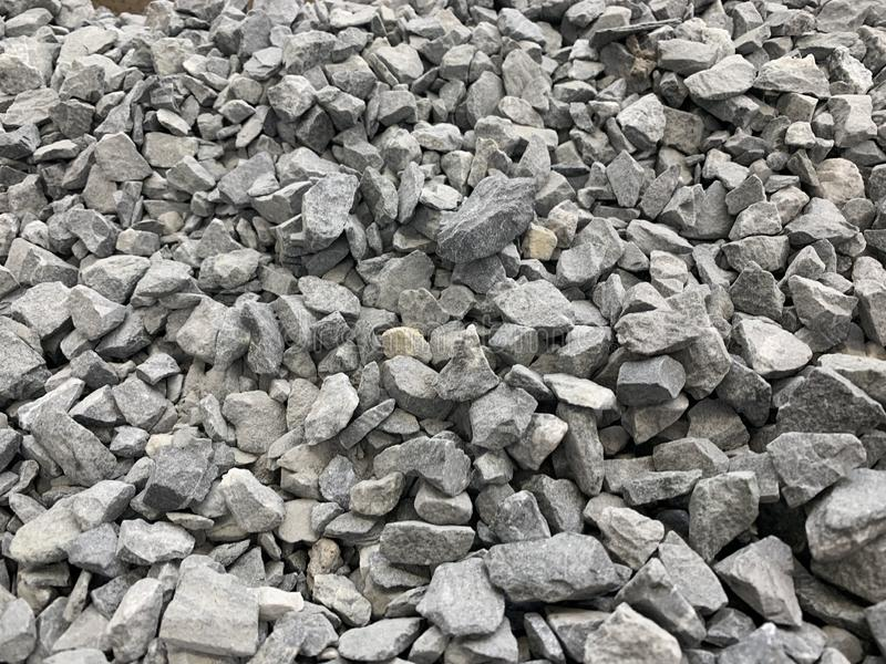 Migalha pequena cinzenta do granito, material de construção, fundo simples foto de stock royalty free