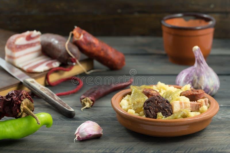 Migalhas com carne e pimentas imagens de stock