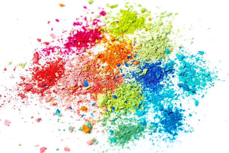 Migas de la tiza multicolora en un fondo blanco Alegría, carnaval Un juego para los niños Arte imagen de archivo