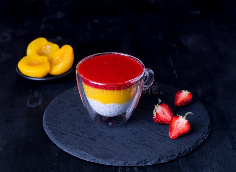 Migdału dojny chia sia pudding z truskawkową brzoskwini polewą zdjęcia stock