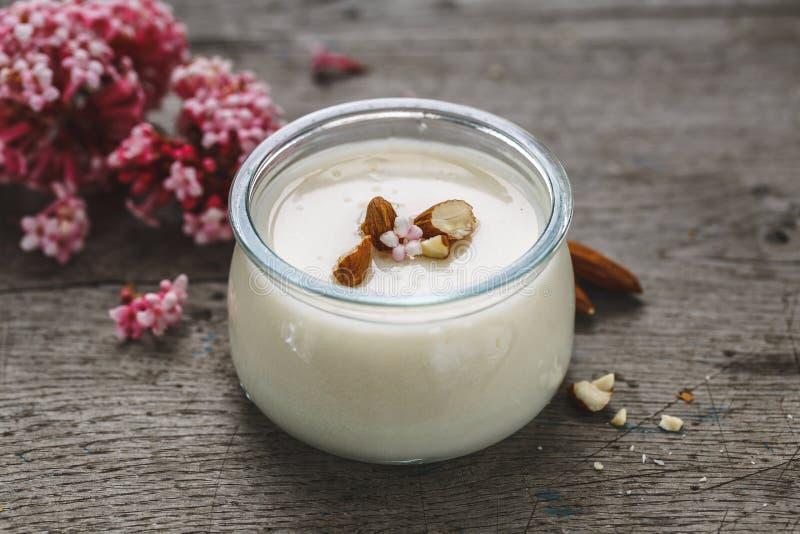 Migdału Dojny jogurt Jarski kucharstwo obrazy stock