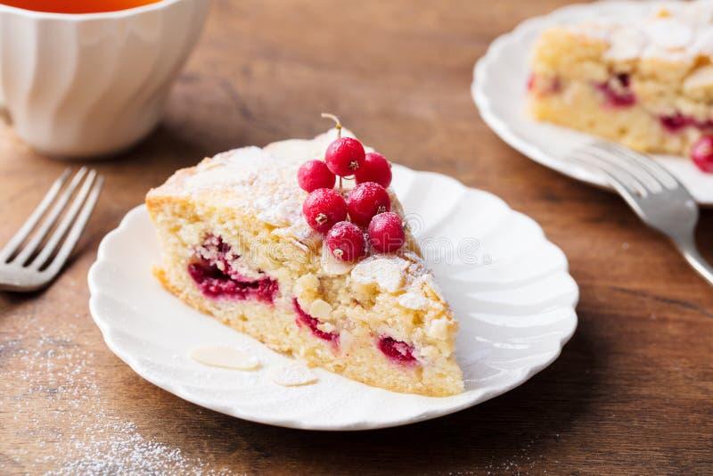 Migdału i malinki tort, Bakewell tarta Tradycyjny Brytyjski ciasto Drewniany tło obrazy royalty free
