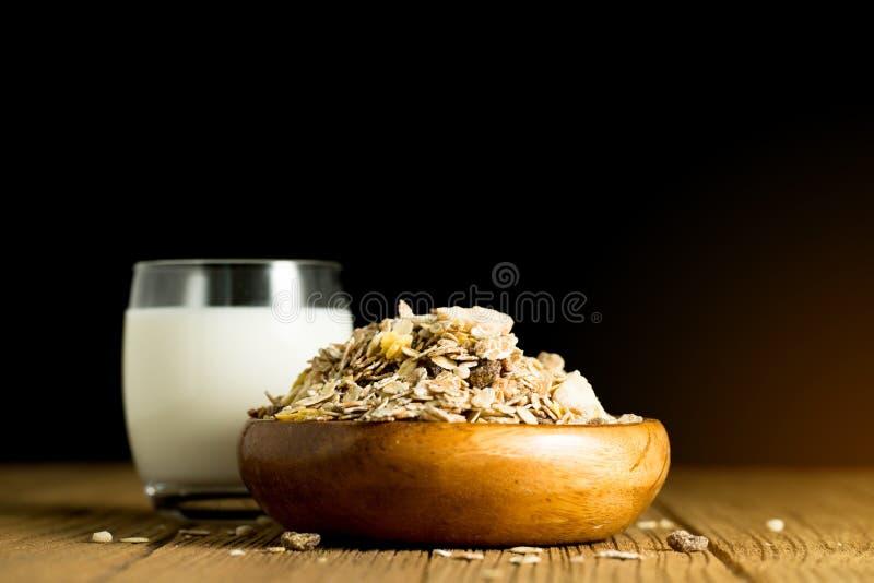 Migdału mleko w szkle z migdałami w drewnianym pucharze na czarnym backgr fotografia royalty free
