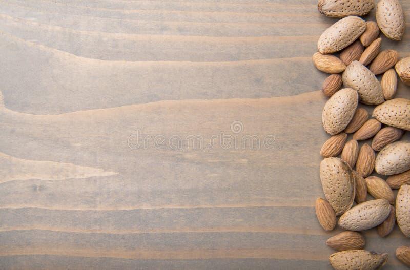 Migdały na drewnianym tle fotografia stock