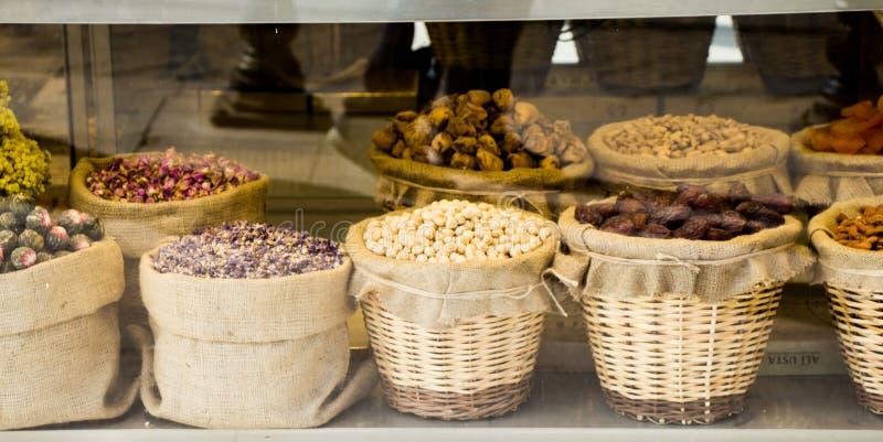 Migda?y, figi, morele, pistacje i zio?owe herbaty, zdjęcia stock