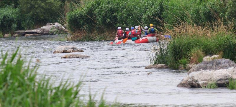 Migea Ucraina - 17 giugno 2017 Gruppo di avventuriere che gode dell'attività di rafting dell'acqua al fiume Migea Ucraina il 17 g fotografie stock