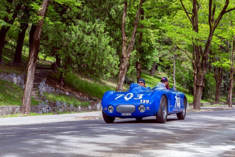 1000 miglia 2019, Brescia - Italia 15 maggio 2019: La corsa di automobile storica di Mille Miglia Due uomini che precipitano in u fotografia stock